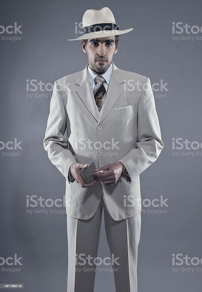 Mafia moda uomo indossa Abito a righe e Cappello bianco. foto stock  royalty-free d6bbcd5b7a8d