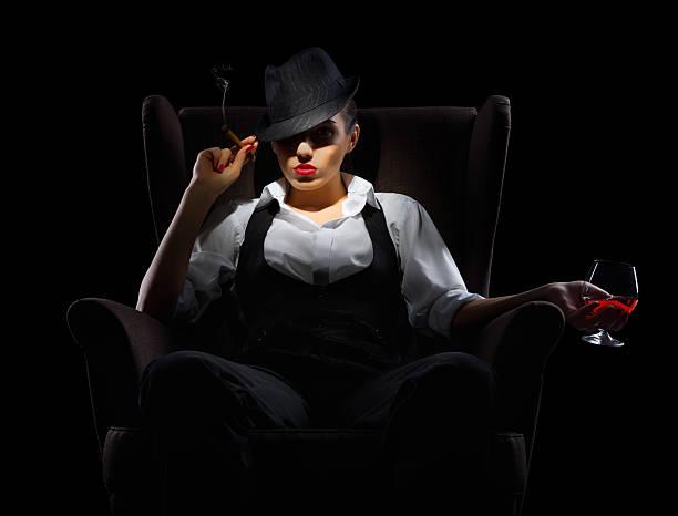 mafiosi kobieta z cygaro i koniak szkła - gangster zdjęcia i obrazy z banku zdjęć