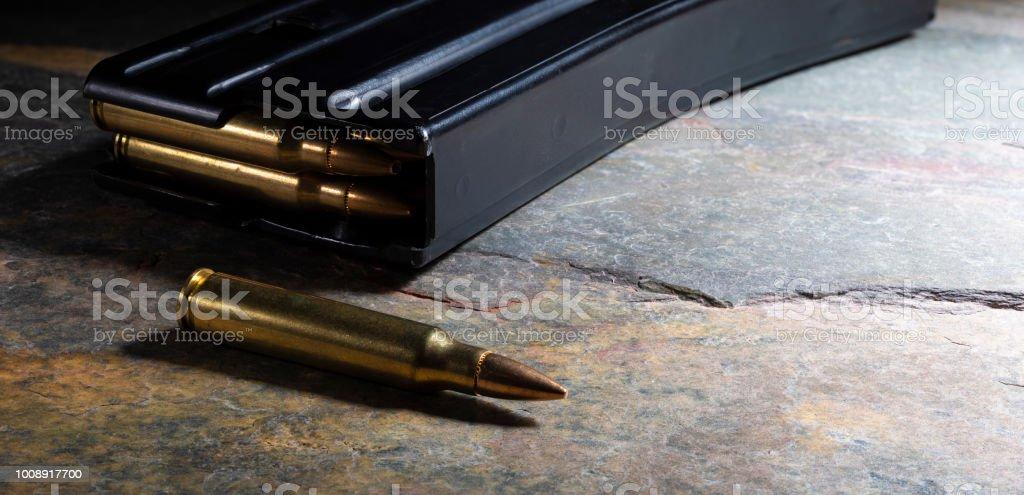 Magazin für eine AR-15 und Munition – Foto