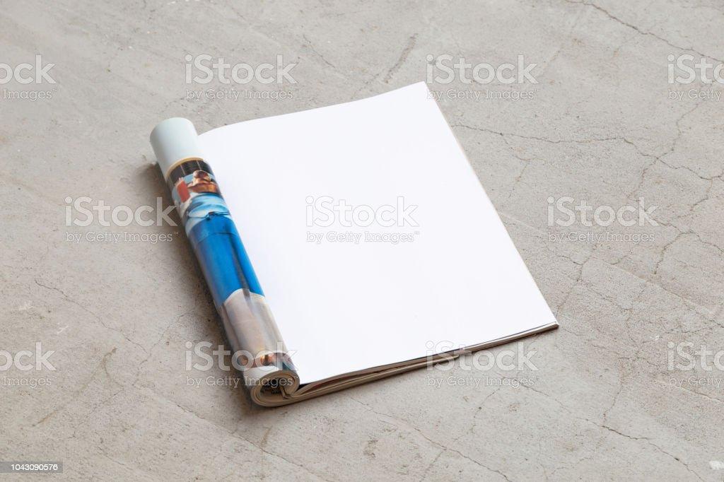 Tijdschrift mockup sjabloon. Geopende pagina van het tijdschrift, ligt op een betonnen vloer. Bovenaanzicht. Kopiëren van ruimte - Royalty-free Artikel Stockfoto