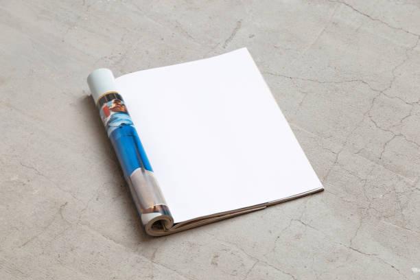 magazin modell-vorlage. offene seite des magazins liegt auf einem betonboden. ansicht von oben. textfreiraum - zeitschrift aufgeschlagen stock-fotos und bilder