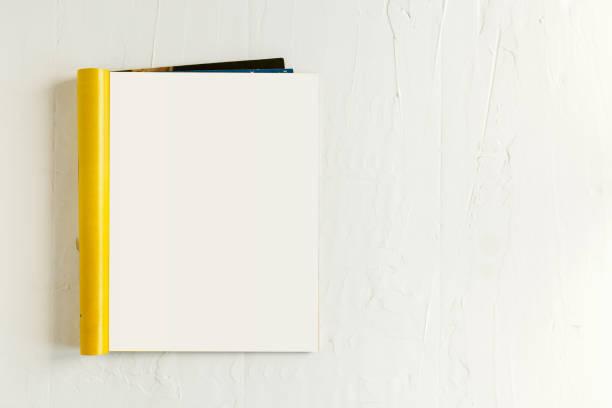magazin-seite mock-up katalog auf einem weißen hintergrund geöffnet. ansicht von oben. textfreiraum - zeitschrift aufgeschlagen stock-fotos und bilder