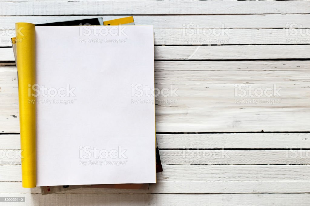 Simulacros por catálogo revista página abierta sobre un fondo blanco de madera. Vista superior. Copia espacio foto de stock libre de derechos