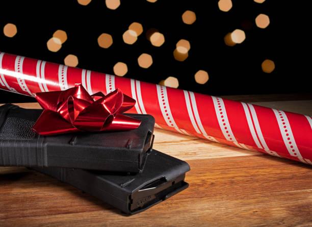 AR-15 Magazine mit Packpapier und Bogen Weihnachten – Foto