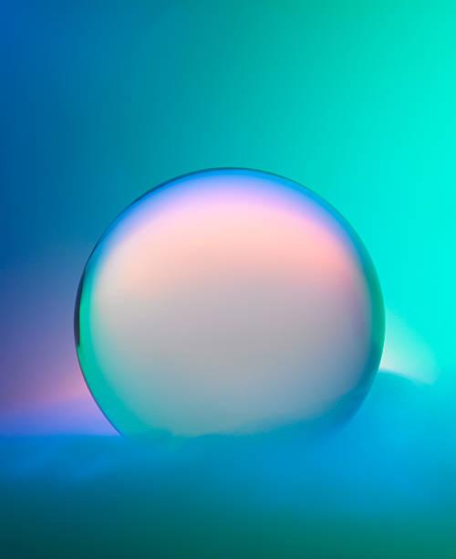 boule de cristal magique avec brumisation et de couleurs - boule de cristal photos et images de collection