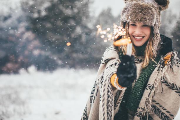 magia dell'inverno - woman portrait forest foto e immagini stock