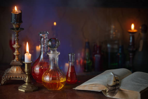 Zaubertrank, alten Büchern und Kerzen auf dunklem Hintergrund – Foto