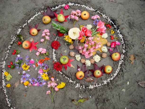 magische spirale funktioniert. hexerei und wicca altar, heidnischen religion. - altar stock-fotos und bilder