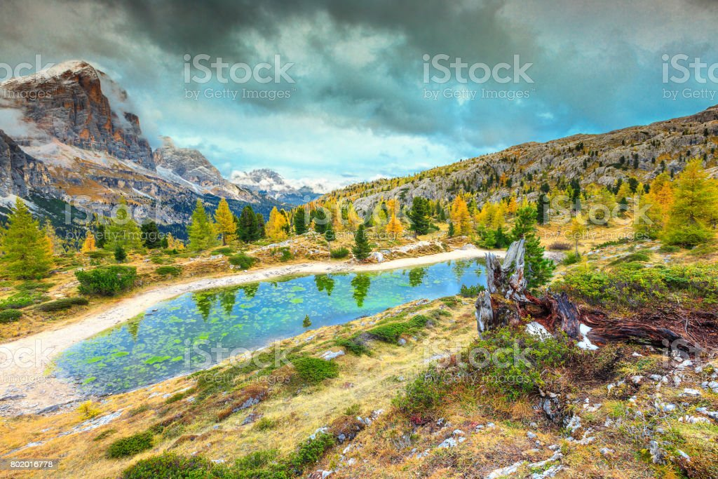 Magical alpine lake with high peaks in background, Dolomites, Italy - foto stock