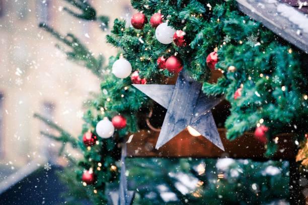 zauberhafter weihnachtsmarkt: dekoration mit weihnachtskugel auf einem tannenzweig. - christkindlmarkt stock-fotos und bilder