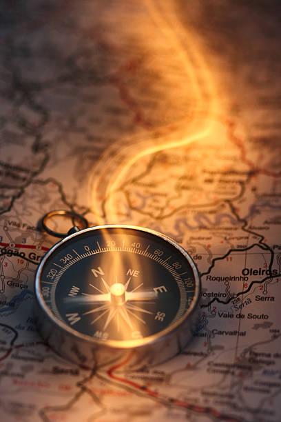 magische compass - kompass wanderkarte stock-fotos und bilder