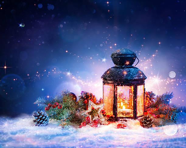 magische laterne im schnee mit weihnachtsdekoration - kerzenlaterne stock-fotos und bilder