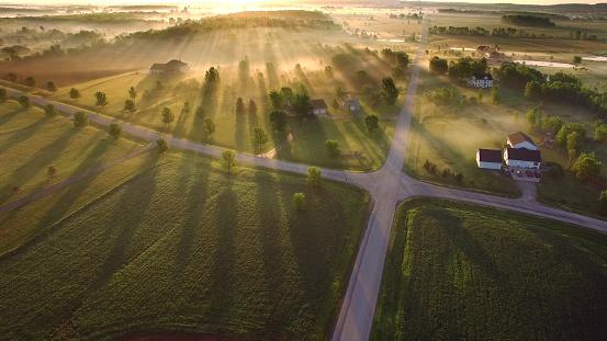 Magical Sunrise Through Ground Fog With Long Shadows And Sunbeams Stok Fotoğraflar & ABD'nin Daha Fazla Resimleri