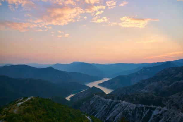 Sonnenuntergang über Kozjak-See in Mazedonien. – Foto