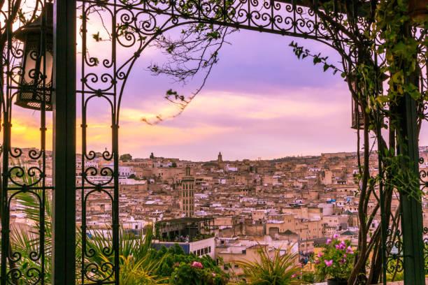 フェズ モロッコの魔法のサンセット ウィンドウ - 旧市街 ストックフォトと画像