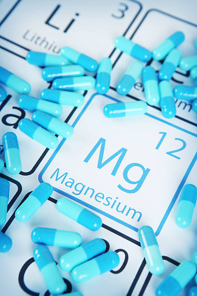 magnesium - mineral supplement on periodic table - magnesium stockfoto's en -beelden