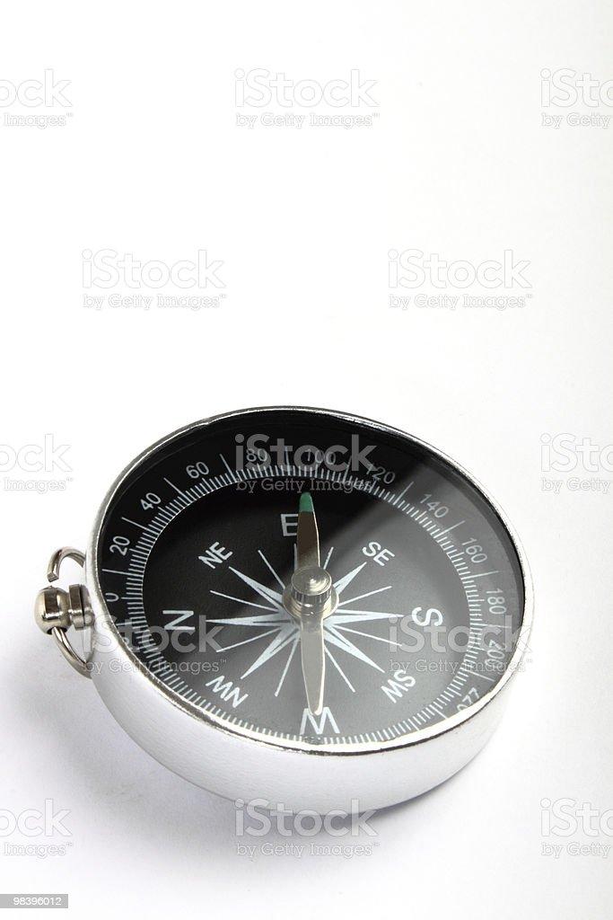 Bussola magnetica primo piano su sfondo bianco foto stock royalty-free