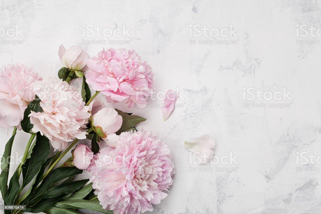 Herrlichen Blumenstrauß rosa Pfingstrose auf weißem Stein Hintergrund. Flach zu legen. Kopieren Sie Raum für Design und Text. – Foto