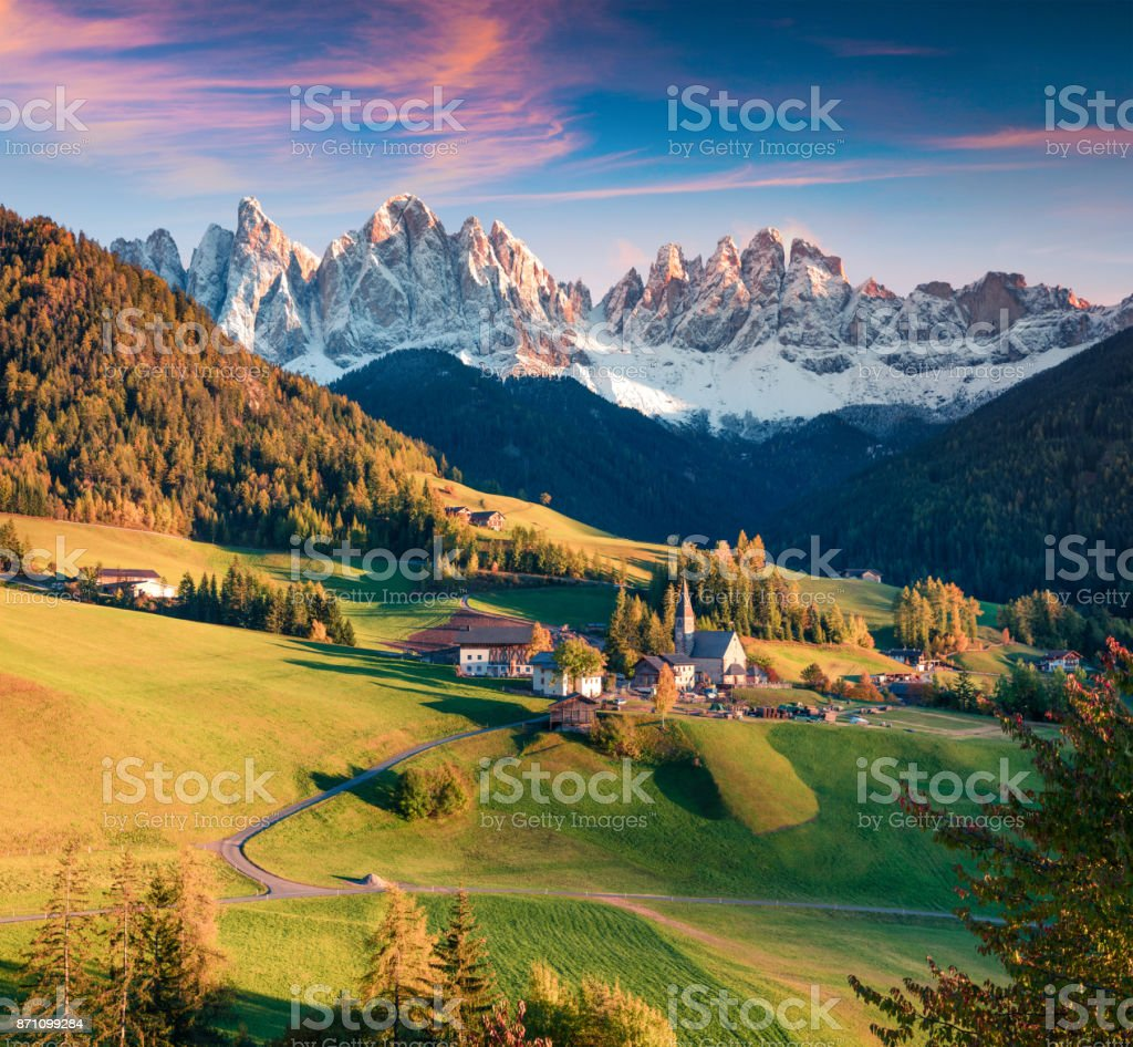 Herrliche Aussicht auf Santa Maddalena Dorf vor den Dolomiten Geisler oder Geisler – Foto