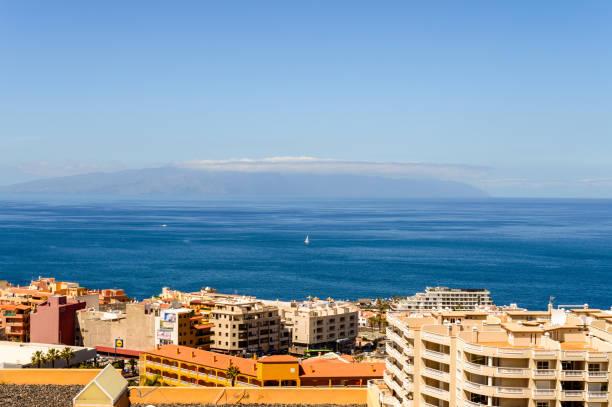 Herrliche Aussicht auf die Insel La Gomera und den Hafen von Santiago vom Mirador de Achipenque. – Foto