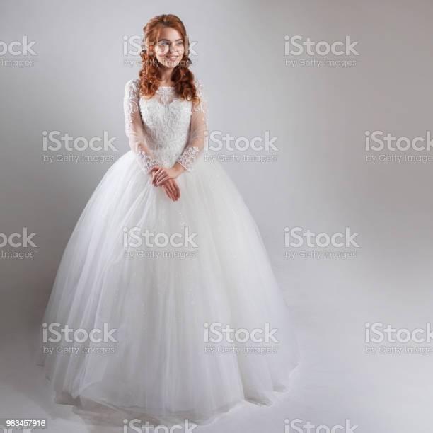 Wspaniała Suknia Ślubna Z Krynoliną Klasycznym Stylem Kobieta Panna Młoda W Wystawnej Sukni Ślubnej Lekkie Tło - zdjęcia stockowe i więcej obrazów Ceremonia