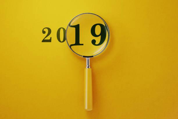 Vergrößern 2019 auf gelbeem Hintergrund – Foto
