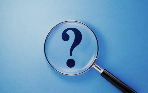 Vergrößern Und Frage Mark auf blauem Hintergrund – Foto