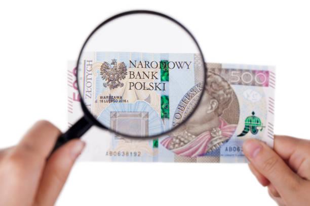 Vergrößern einer 500 Zloty-banknote – Foto