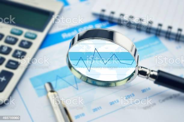 Lupa Calculadora Y Bolígrafo Sobre Finanzas Gráfico Foto de stock y más banco de imágenes de 2015