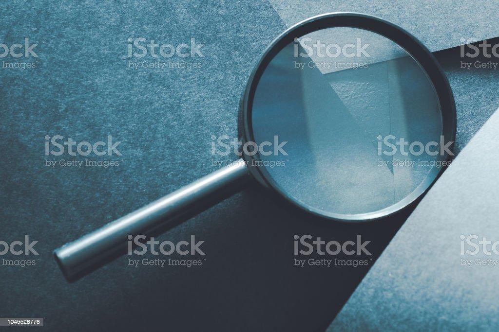 Análisis de evaluación comparación lupa - foto de stock