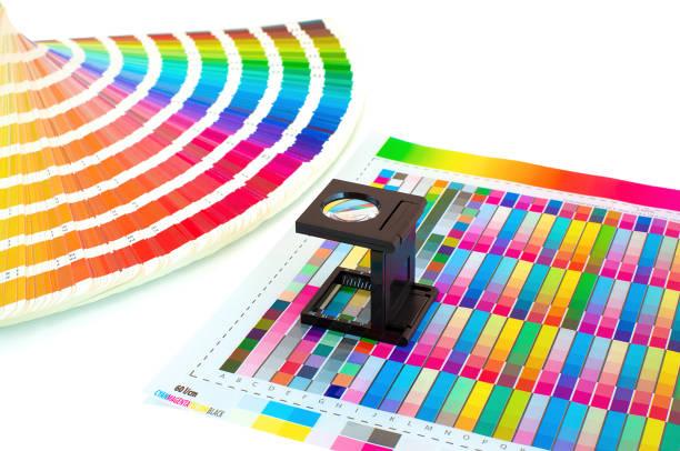 lupe auf gedruckte farbmuster isoliert auf weiss. farbmanagement im druckprozess mit lupe und anleitung zu malen.  auswahl pre-press-farbkonzept. lupe und tinte sampler. - editorial stock-fotos und bilder