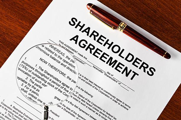 Magnifying glass on shareholders agreement foto