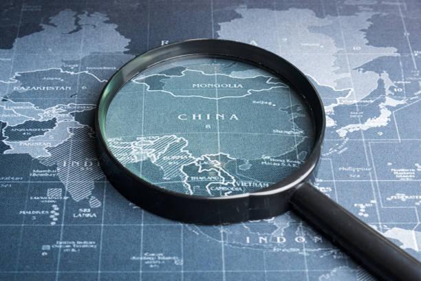 Lupe auf der Weltkarte. Exploration Systems Geschäftskonzept. – Foto