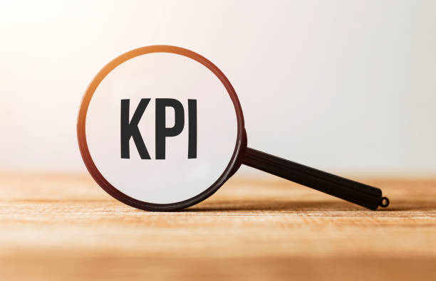 Lupe mit Text KPI auf Holztisch. – Foto
