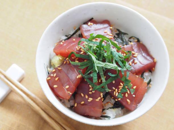 まぐろ漬けドン (マリネ マグロ丼) - 丼物 ストックフォトと画像