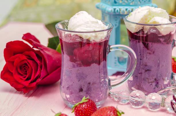 mahalabia - dessert traditionnel du moyen-orient. dessert crémeux avec baies et crème de yogourt. pouding au lait arabe. - pudding au lait roses photos et images de collection