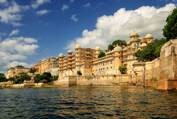 Maharaja's City Palace, Udaipur, India Maharaja's City Palace reflecting in Lake Pichola, Udaipur, India lake pichola stock pictures, royalty-free photos & images