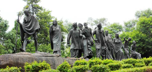 mahatma gandhi-statue, die dandi märz in neu-delhi, indien - editorial stock-fotos und bilder