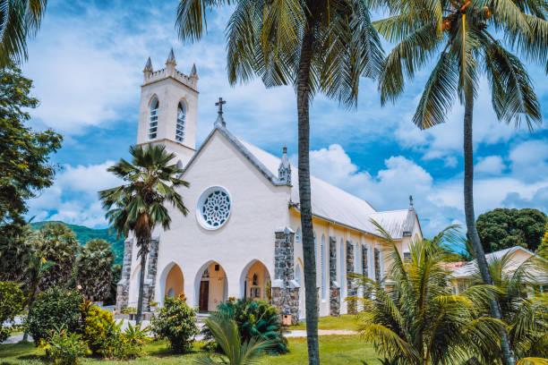 마헤 섬, 세이셸. 보 발론 근처 야자수 사이의 세인트 로치 로마 가톨릭 교회 - 마헤 섬 뉴스 사진 이미지