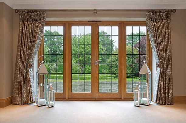 mahogany terrasse und blick auf den garten - teppich englisch stock-fotos und bilder