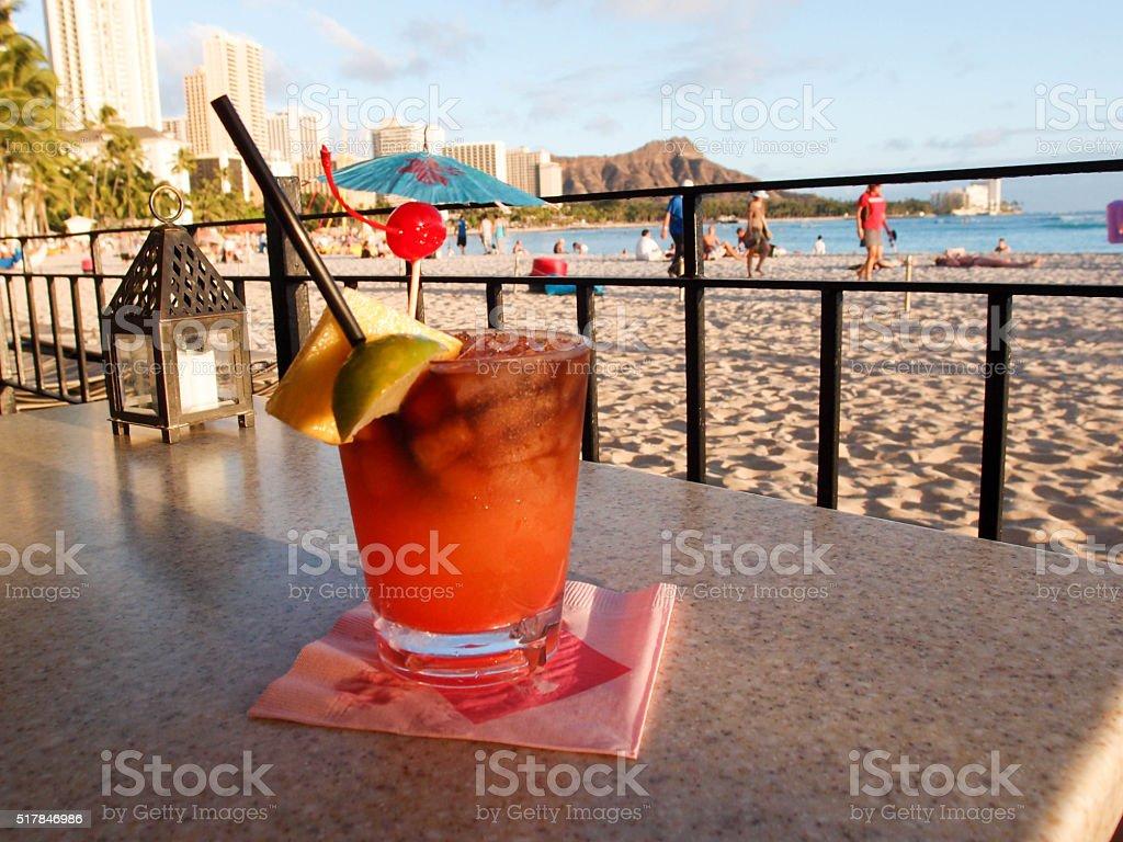 マイタイカクテルでハワイのビーチで ストックフォト