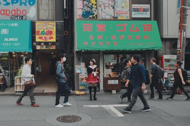 maid cosplay tuch in akihabara - tokyo cosplay stock-fotos und bilder