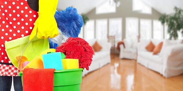 Maid Hände mit Reinigung tools. – Foto