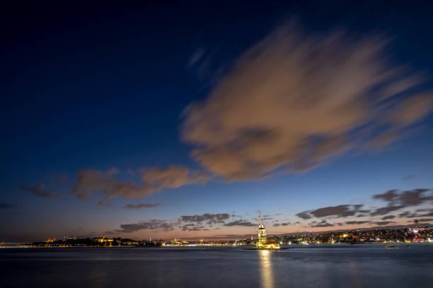 İstanbul'un gece ve şehir manzarasında Kız Kulesi stok fotoğrafı