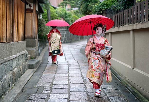 maiko walking outdoors - natürliche make up kurse stock-fotos und bilder