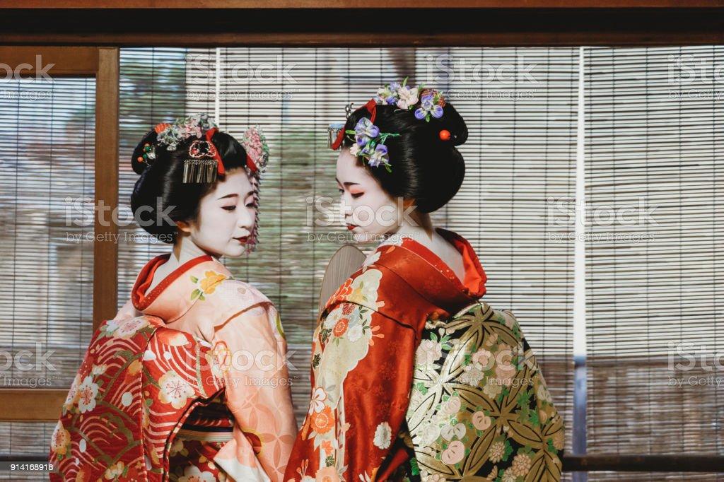Haltestelle Maiko Frauen zusammen in Kyoto – Foto