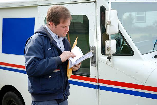 почта доставки - postal worker стоковые фото и изображения