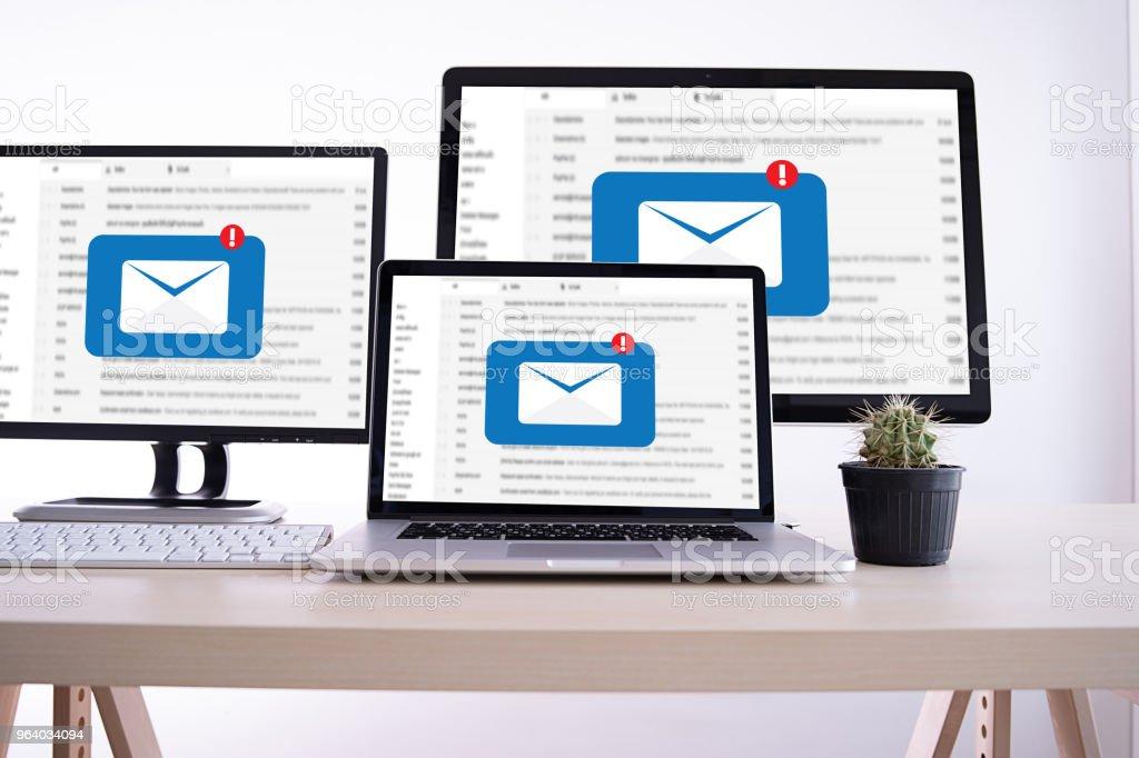 メーリング リストの連絡先にメール通信接続電話のグローバル文字概念 - Sendのロイヤリティフリーストックフォト