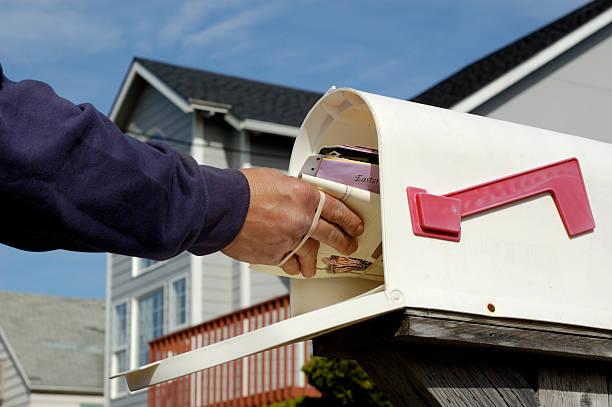 доставка почты - postal worker стоковые фото и изображения