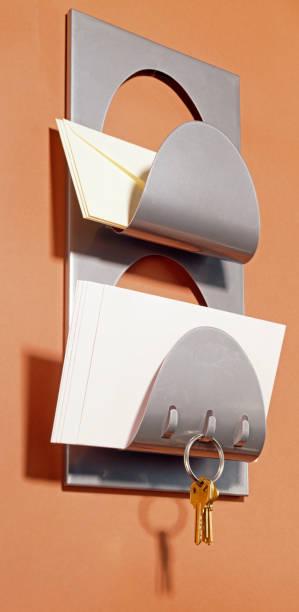 mail-ständer mit haken für schlüssel auf braun - briefhalter stock-fotos und bilder